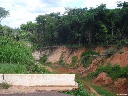 A voçoroca adentrando a mata da reserva legal do São Julião.