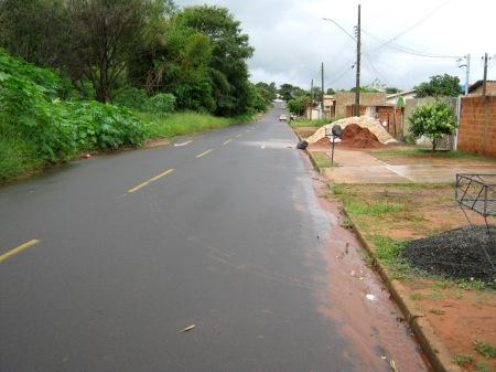 Rua Getuliana, logo após o seus início, na Rua Panônia. À esquerda, na clareira, local do início da antiga voçoroca.