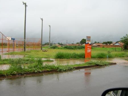A quadra de esportes construída. Pouco depois, rua que recebe parte da tubulação para águas pluviais.