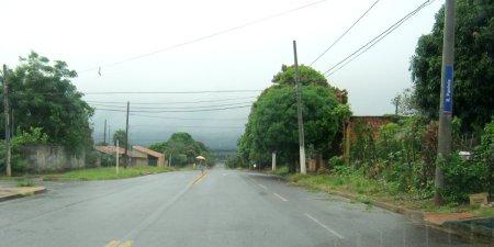 Rua Panônia, em manhã chuvosa. Lá embaixo, à direita, o Taquaral Bosque.