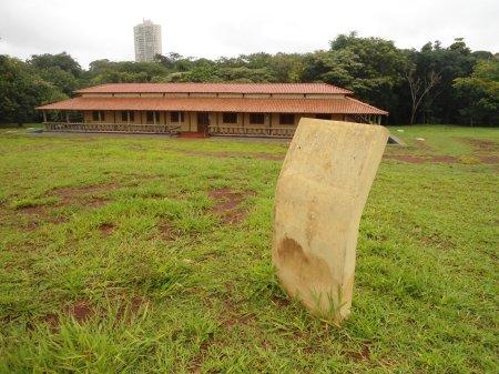Nesse marco havia uma placa indicando que a obra, executada com verbas públicas, era projeto da Fundação Manoel de Barros e UNIDERP.