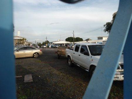 O pátio de estacionamento da Casa. Ônibus estacionam em outro terreno, situado no outro lado da rua.