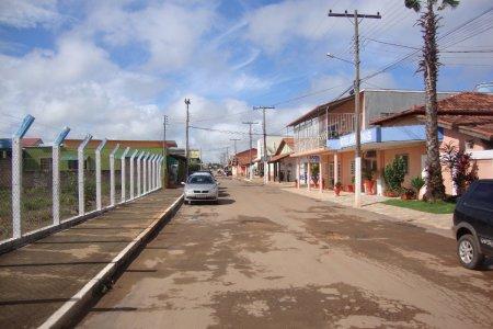 A rua de acesso, vista na saída da Casa de Dom Inácio. À esquerda, estacionamento para ônibus.