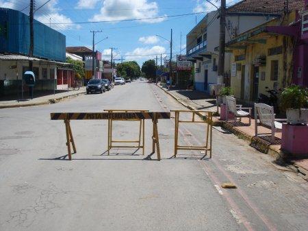 Rua Dr. Corrêa. Pista interditada junto à praça, para o Carnaval.