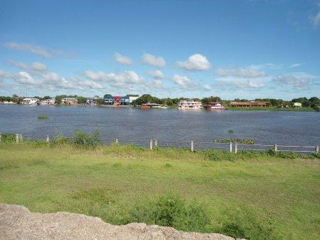 Braço principal do Rio Paraguai. Ao fundo, Isla Margarita, pertencente ao Paraguai.