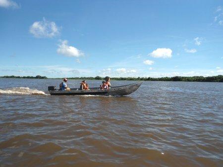 Descendo o canal principal. Ao fundo, a margem esquerda (Brasil).